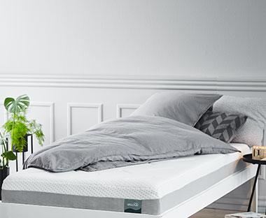 09dfb828cde Soveværelse med hvid seng og allergivenlig madras med memoryfoam