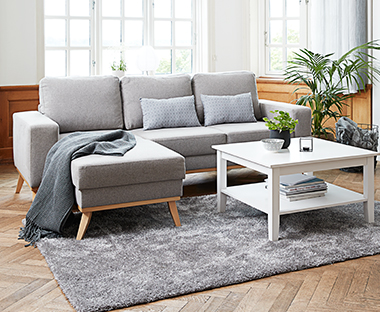 Lysegrå 3-personers sofa med chaiselong i moderne stue